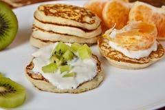 Pancake su un piatto bianco con frutta Immagine Stock Libera da Diritti