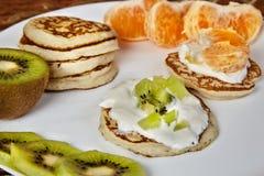 Pancake su un piatto bianco con frutta Immagini Stock