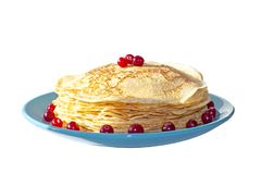 Pancake su un piatto blu decorato con i mirtilli rossi immagini stock libere da diritti
