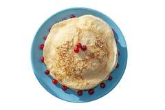 Pancake su un piatto blu decorato con i mirtilli rossi fotografie stock libere da diritti