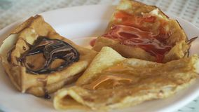 Pancake su un piatto con inceppamento Fotografia Stock