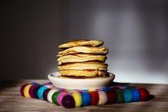 Pancake su un piatto e su un tovagliolo di lana Immagine Stock
