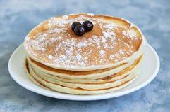 Pancake su un primo piano bianco del piatto immagini stock libere da diritti