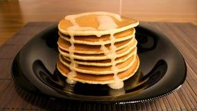 Pancake su una banda nera stock footage