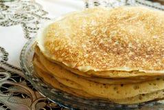 Pancake su una zolla Fotografie Stock Libere da Diritti