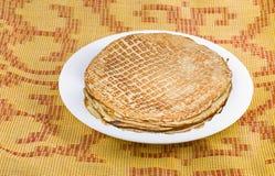 Pancake su una zolla bianca Fotografie Stock Libere da Diritti