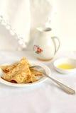Pancake su una zolla bianca Immagini Stock Libere da Diritti