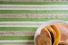 Pancake su una zolla bianca Immagine Stock Libera da Diritti