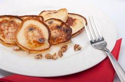 Pancake su una zolla con miele e le noci Fotografie Stock Libere da Diritti