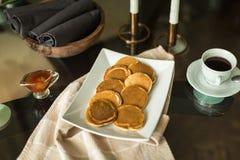 Pancake sul piatto bianco con l'inceppamento di fragola Fotografie Stock