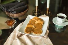 Pancake sul piatto bianco con l'inceppamento di fragola Immagini Stock