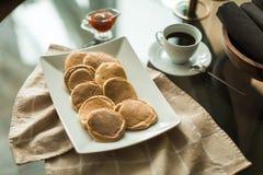 Pancake sul piatto bianco con l'inceppamento di fragola Immagine Stock