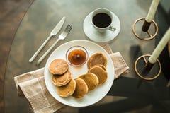 Pancake sul piatto bianco con l'inceppamento di fragola Fotografia Stock Libera da Diritti