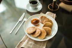 Pancake sul piatto bianco con l'inceppamento di fragola Immagini Stock Libere da Diritti