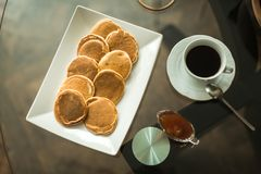 Pancake sul piatto bianco con l'inceppamento di fragola Fotografie Stock Libere da Diritti