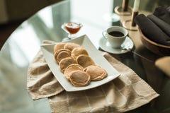 Pancake sul piatto bianco con l'inceppamento di fragola Fotografia Stock