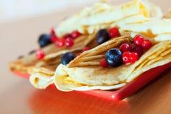 Pancake sul piatto con i mirtilli rossi ed i mirtilli Immagine Stock Libera da Diritti