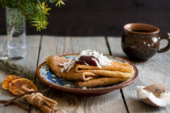 Pancake sul piatto con inceppamento sulla cima Fotografia Stock Libera da Diritti