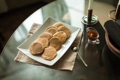 Pancake sul piatto con l'inceppamento di fragola Fotografia Stock Libera da Diritti