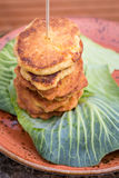 Pancake sulla foglia del cavolo Fotografia Stock