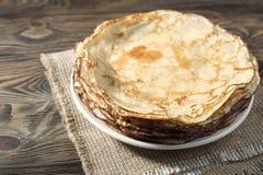 Pancake sulla zolla bianca Molti pancake sono impilati Fotografia Stock