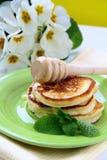 Pancake tradizionali con miele e la menta Fotografia Stock