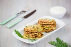 Pancake verdi con lo zucchini e le erbe Fotografie Stock Libere da Diritti