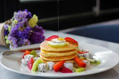 Pancakes topped with strawberry and kiwi Royalty Free Stock Photos