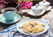 Pancakes from cottage cheese  with banana, powdered sugar and mi Stock Photography