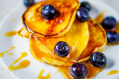 Pancakes with maple syrup and blueberries Royalty Free Stock Photography