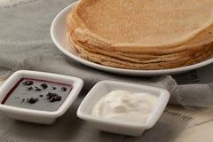 pancakes mit Sahne und Stau Stockbilder