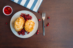 Pancakeswith蜂蜜和莓果 免版税库存照片