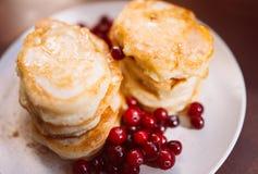 Pancakeswith蜂蜜和莓果 库存照片