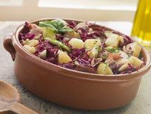Pancetta affumicata della patata ed insalata di cavolo rosso marinata Immagini Stock