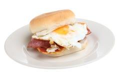 Pancetta affumicata della prima colazione & rullo dell'uovo Immagini Stock Libere da Diritti