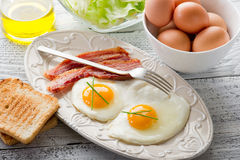 Pancetta affumicata delle uova e pane tostato Immagini Stock