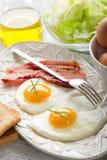 Pancetta affumicata delle uova e pane tostato Fotografie Stock