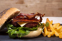 Pancetta affumicata e cheeseburger con i chip. immagine stock libera da diritti