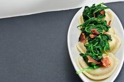 Pancetta affumicata e ravioli degli spinaci Immagini Stock Libere da Diritti