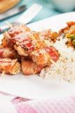 Pancetta affumicata e spiedo cotti del pollo Immagini Stock Libere da Diritti
