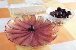 Pancetta affumicata, formaggio ed olive Fotografie Stock Libere da Diritti