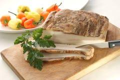 Pancetta affumicata grassa su un timberboard Immagini Stock Libere da Diritti