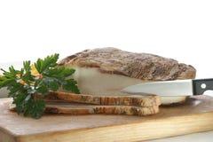 Pancetta affumicata grassa su una scheda del legname Fotografie Stock Libere da Diritti
