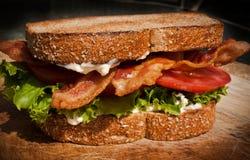 Pancetta affumicata, lattuga e panino del pomodoro fotografie stock libere da diritti