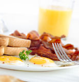 Pancetta affumicata, uova e prima colazione del pane tostato Fotografia Stock