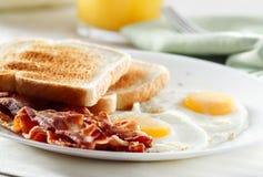 Pancetta affumicata, uova e prima colazione del pane tostato Fotografia Stock Libera da Diritti