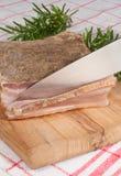 Pancetta, das geschnitten wird Stockfotos