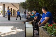 PANCEVO, SERBIA - 1 DE AGOSTO DE 2015: Banda de la música de Roma que ensaya antes de un funcionamiento de la boda Foto de archivo