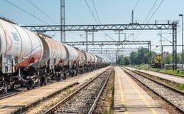 Pancevo Serbien - 6 12 2018: Behållare med gas- och oljatrans. förbi järnväg arkivbild