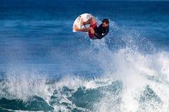 Pancho Sullivan che pratica il surfing al punto roccioso in Hawai Immagini Stock